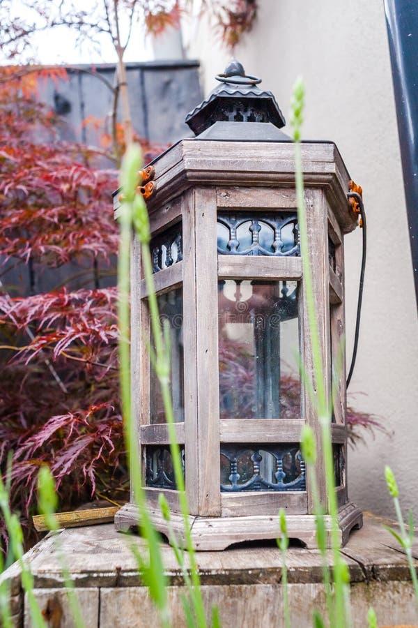 Imagen todavía del jardín de la vida con la linterna imagenes de archivo