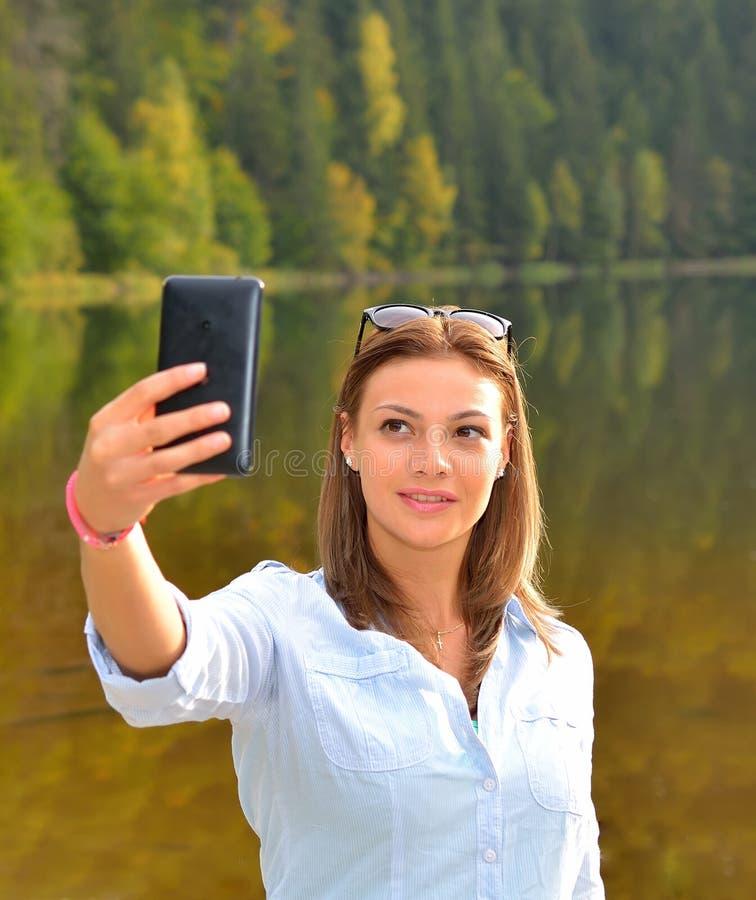 Imagen tomada hermosa de sí misma, selfie de la mujer joven fotografía de archivo libre de regalías