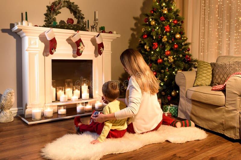 Imagen trasera de una sentada joven de la mamá y del niño pequeño imágenes de archivo libres de regalías