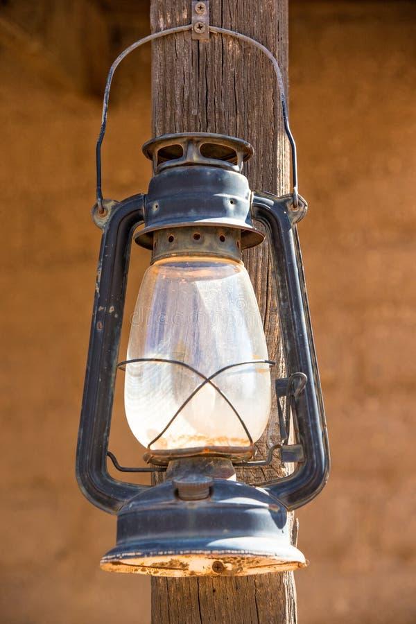 Imagen vertical de la linterna occidental vieja imagenes de archivo