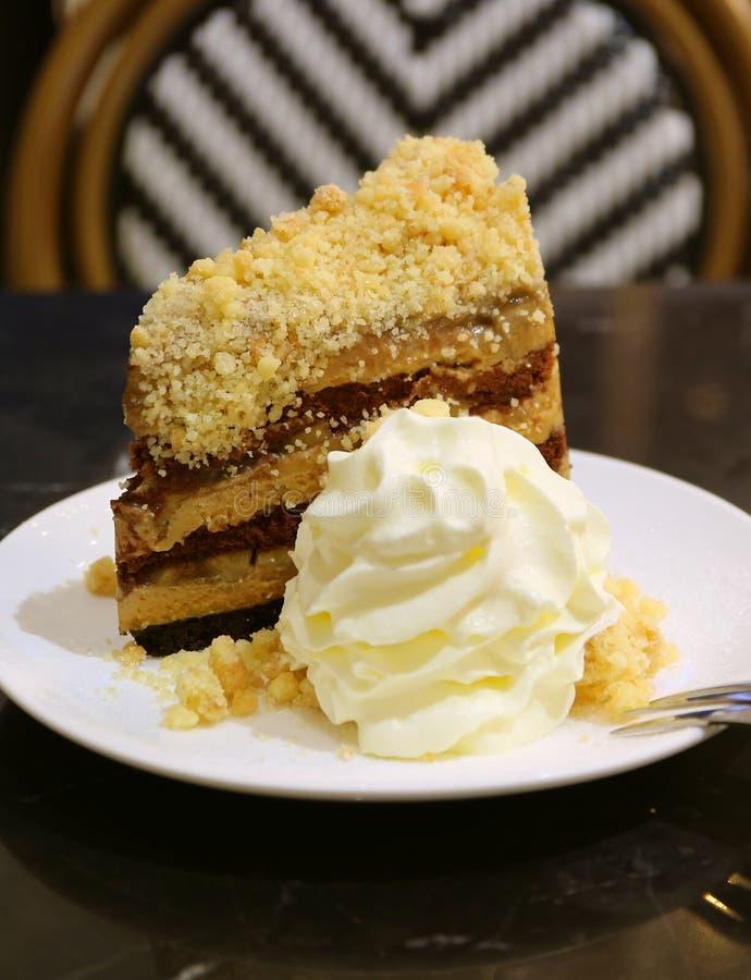 Imagen vertical de la torta de la empanada de Banoffee servida con crema azotada mullida fotos de archivo libres de regalías