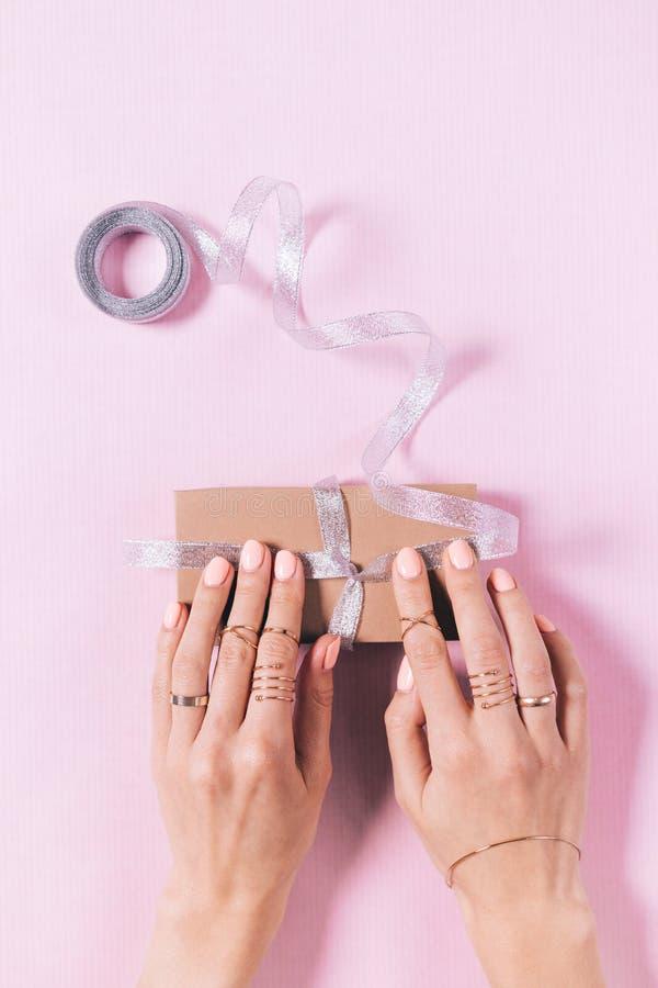 Imagen vertical de las manos de una mujer que atan un arco fotos de archivo libres de regalías