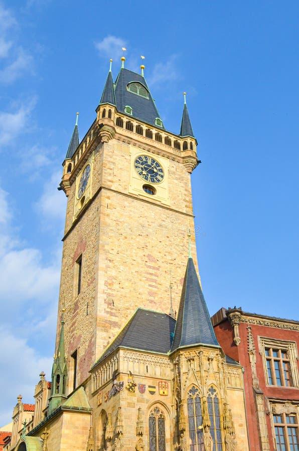 Imagen vertical de sorprender ayuntamiento viejo en Praga, República Checa Tomado durante hora de oro de la mañana de debajo cont imagen de archivo libre de regalías