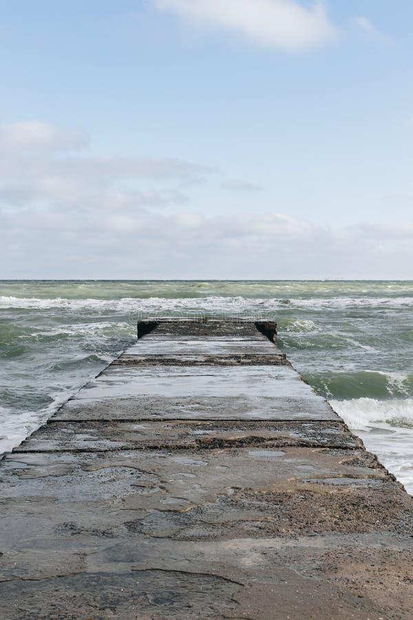 Imagen vertical del embarcadero mojado foto de archivo libre de regalías