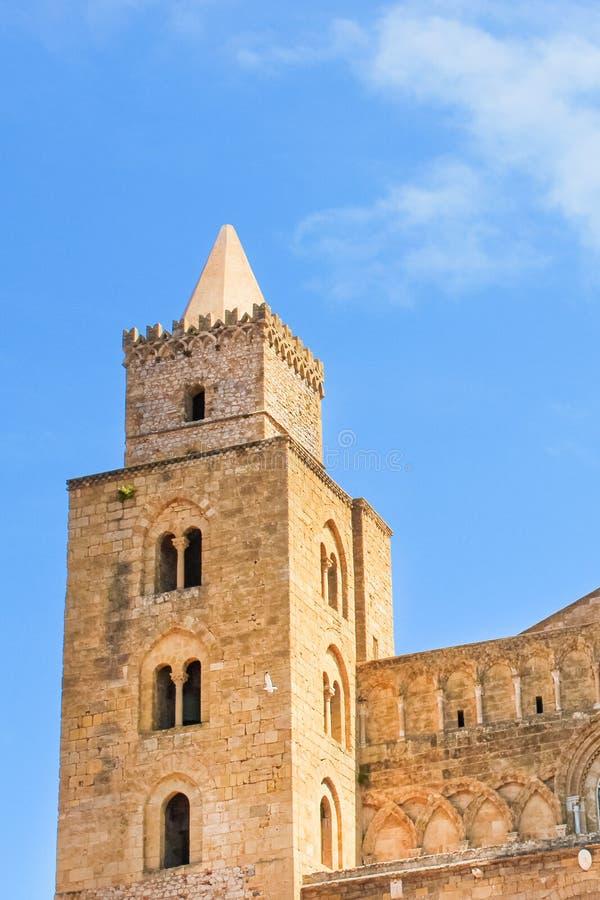 Imagen vertical que captura el detalle de una de las torres que pertenecen a la catedral de Cefalu en Sicilia, Italia Roman Catho imágenes de archivo libres de regalías