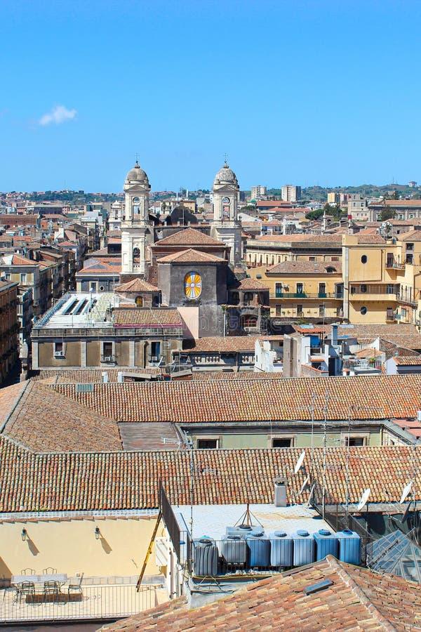 Imagen vertical que captura paisaje urbano que sorprende de la ciudad siciliana Catania, Italia tomada desde arriba de la ciudad  fotografía de archivo libre de regalías