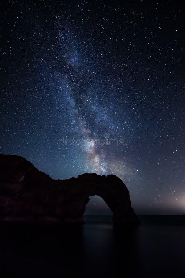 Imagen vibrante hermosa de la galaxia de la vía láctea sobre el paisaje i del mar fotografía de archivo libre de regalías