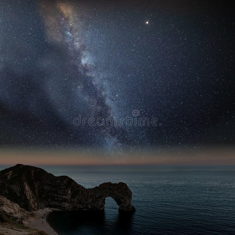 Imagen vibrante hermosa de la galaxia de la vía láctea sobre el paisaje i del mar imagenes de archivo