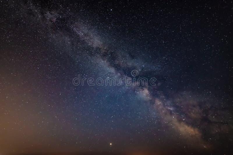 Imagen vibrante hermosa de la galaxia de la vía láctea sobre el paisaje i del mar fotos de archivo libres de regalías