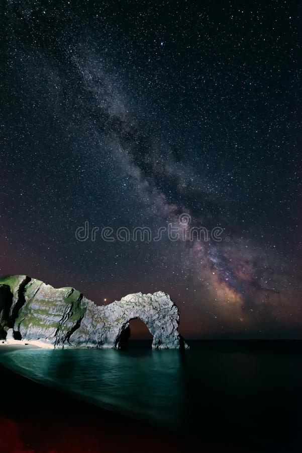 Imagen vibrante hermosa de la galaxia de la vía láctea sobre el paisaje i del mar imagen de archivo libre de regalías