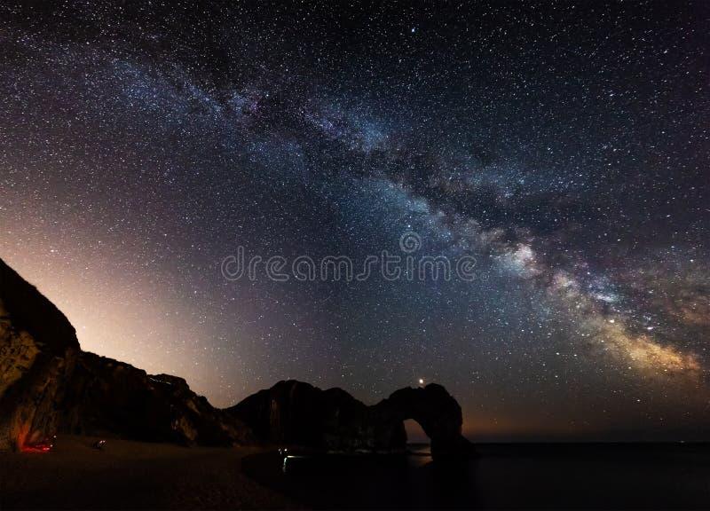 Imagen vibrante hermosa de la galaxia de la vía láctea sobre el paisaje i del mar foto de archivo libre de regalías