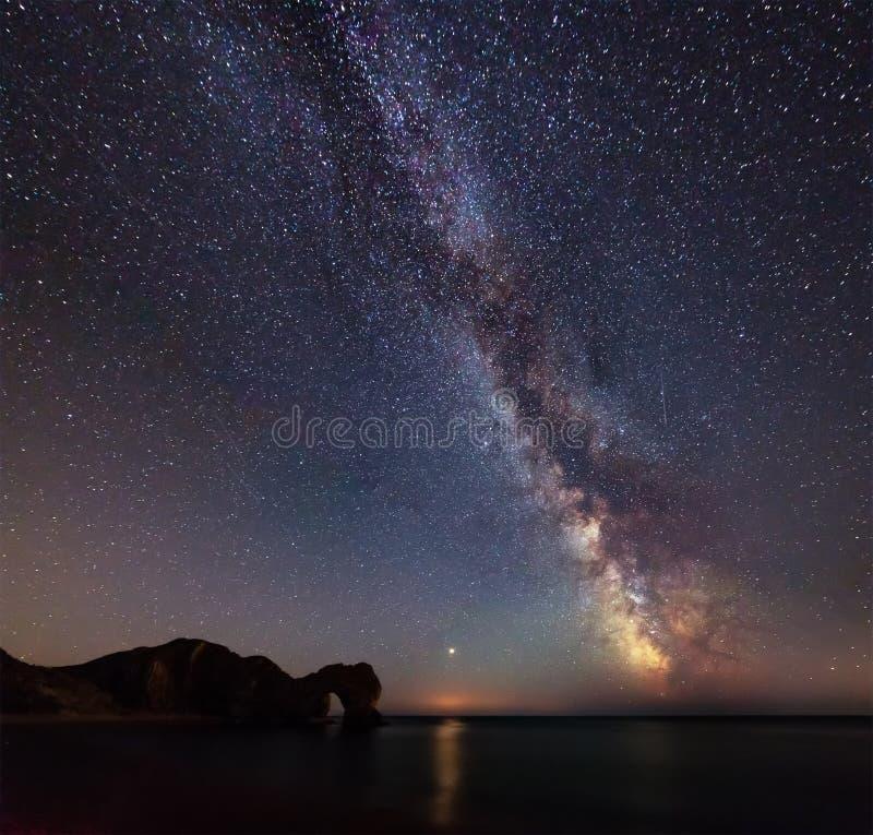 Imagen vibrante hermosa de la galaxia de la vía láctea sobre el paisaje i del mar fotos de archivo