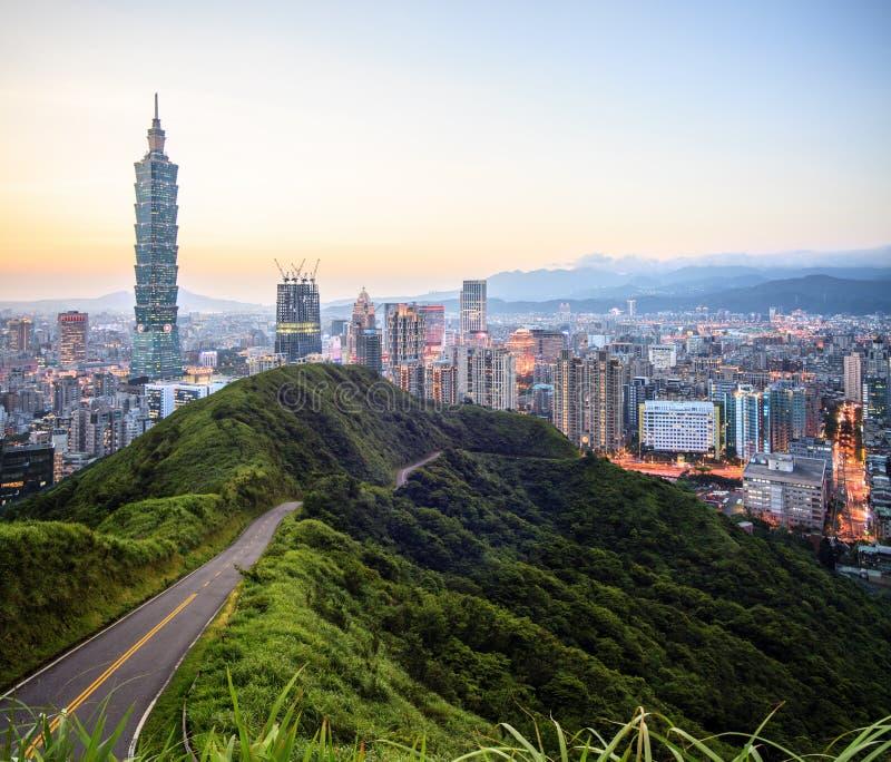 Imageng von Skylinen von Xinyi-Bezirk in im Stadtzentrum gelegenem Taipeh, Taiwan lizenzfreie stockfotografie