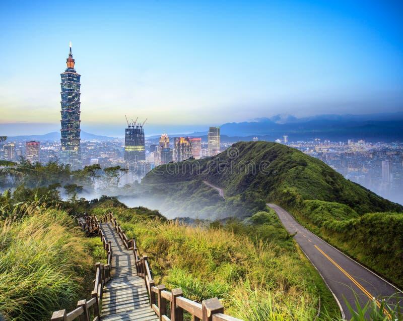 Imageng von Skylinen von Xinyi-Bezirk in im Stadtzentrum gelegenem Taipeh, Taiwan lizenzfreies stockfoto