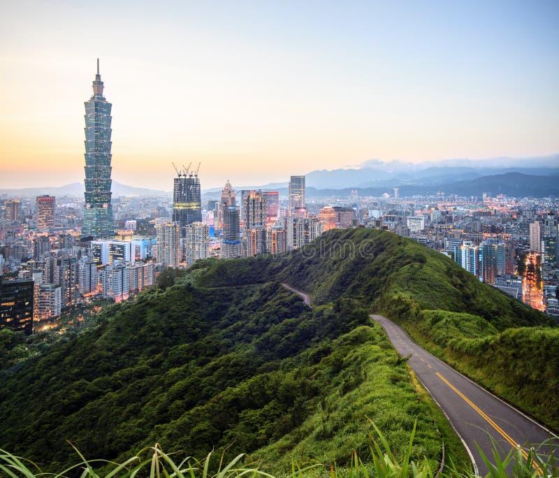 Imageng von Skylinen von Xinyi-Bezirk in im Stadtzentrum gelegenem Taipeh, Taiwan lizenzfreies stockbild