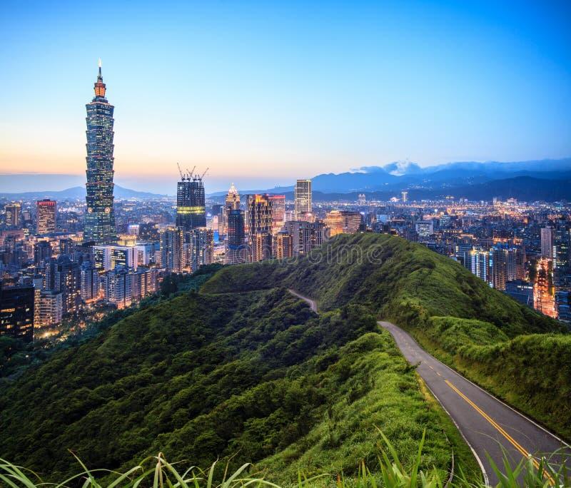 Imageng von Skylinen von Xinyi-Bezirk in im Stadtzentrum gelegenem Taipeh, Taiwan stockfotografie
