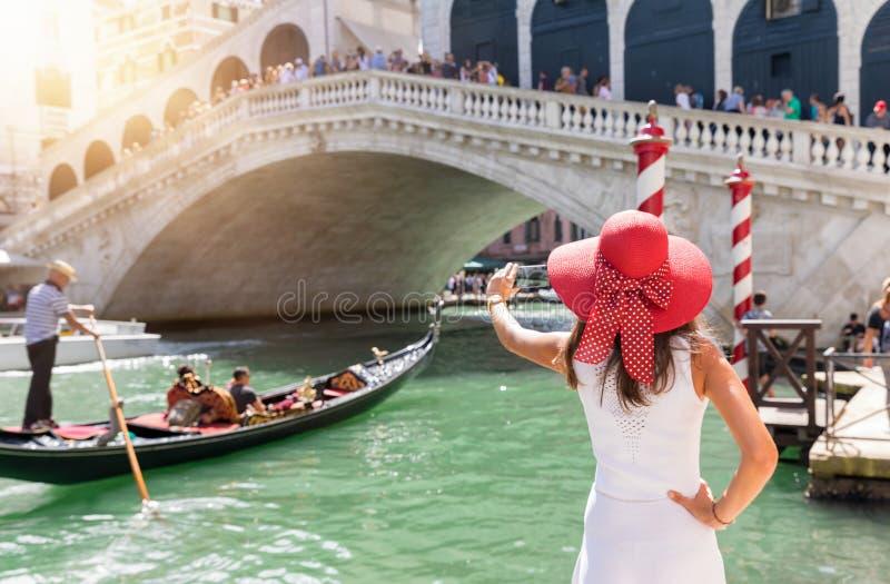 Imagens aking do turista fêmea da ponte de Rialto em Veneza, Itália imagens de stock royalty free