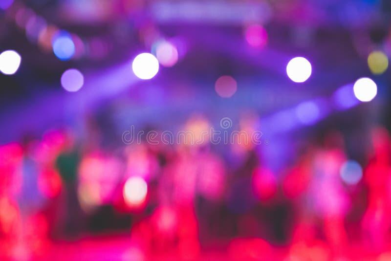 Imagens borradas bonitas de desempenhos da fase na noite com luzes de uma variedade fotos de stock royalty free