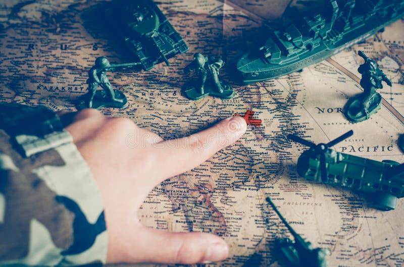Imagens borradas dos soldados e de tropas táticas da batalha Mas foco foto de stock