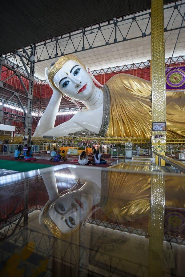 Imagens de reclinação de buddha do gyi do htat de Chauk, Yangon, Myanmar imagens de stock
