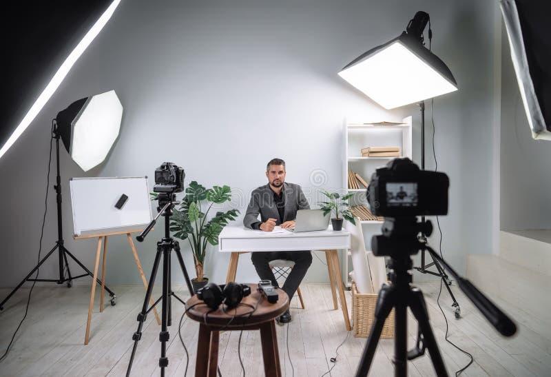 Imagens de vídeo do programa de formação de um treinador novo do negócio Vídeo de bastidores da gravação de uma leitura do negóci imagem de stock