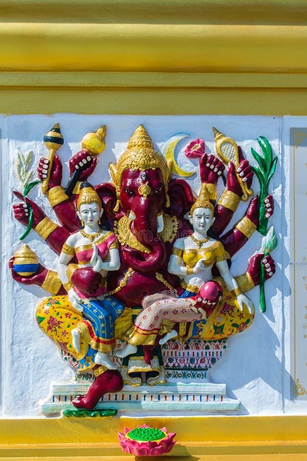 Imagens hindu coloridas do avatar do deus de Ganesha na parede branca no templo público de Wat Samarn, Chachoengsao do baixo rele fotografia de stock royalty free