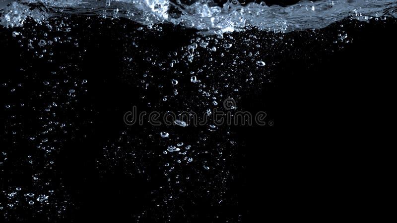 Imagens obscuras das bolhas da soda que espirram no fundo preto foto de stock