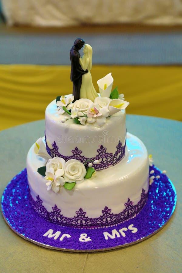Imagens para noivos do bolo de casamento foto de stock