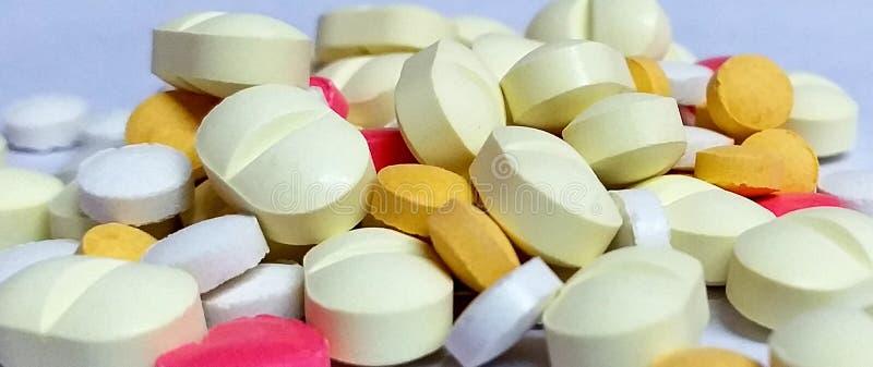 Images des actions HD de comprimés et de capsules de médecine de découverte photographie stock libre de droits
