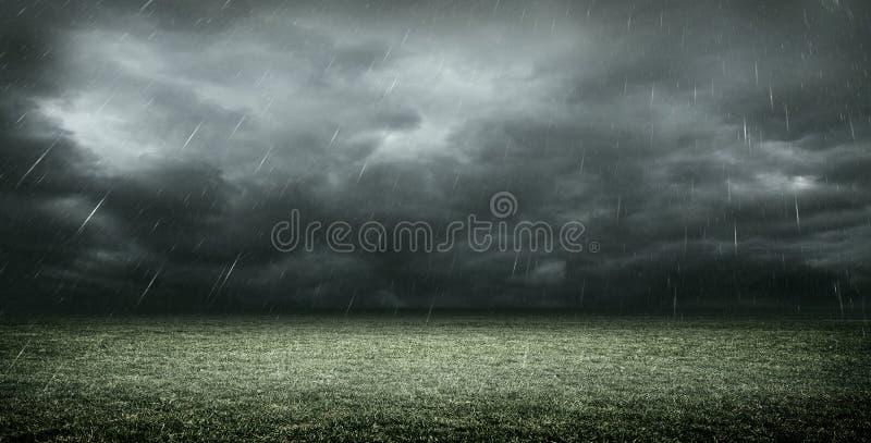 Imaginacyjny stadium piłkarski z zmrok chmurami i deszczem, 3d rendering ilustracji