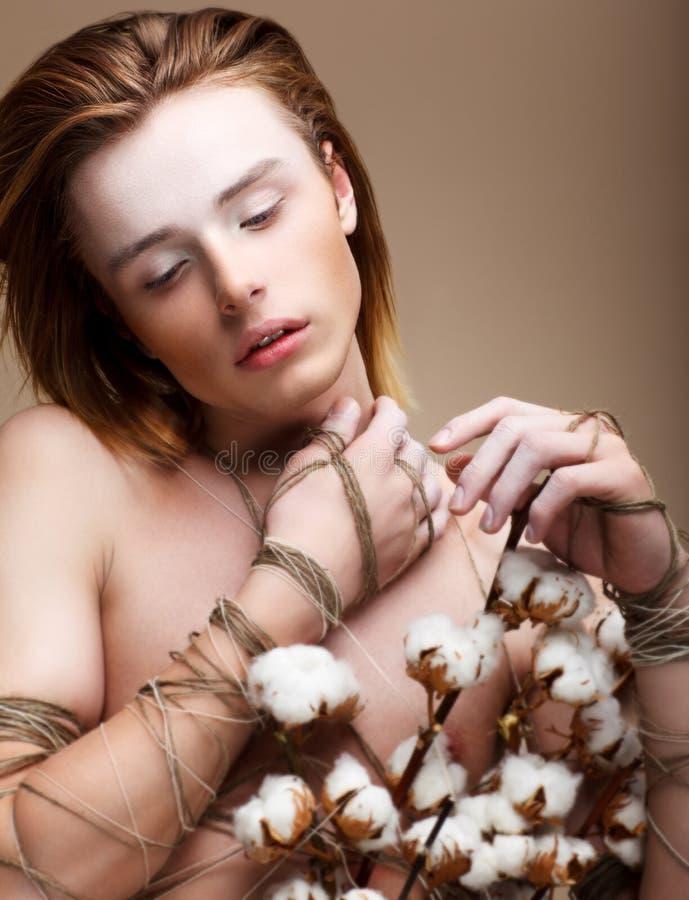 Imagination. Émotions. Jeune long homme à la mode de cheveu avec des fleurs photo stock