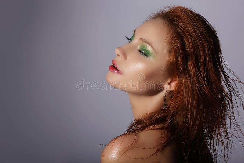 imagination Femme rousse avec rêver humide de cheveux photographie stock