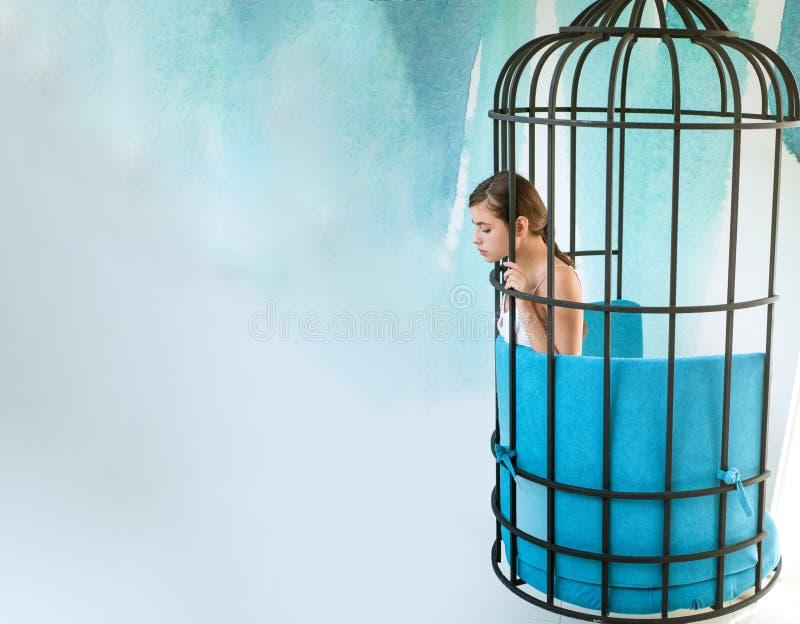 Imagintion en inspiratie modern meubilairontwerp en huiscomfort gevangenevrouw in kooi manierslaaf in gevangenschap royalty-vrije stock foto's