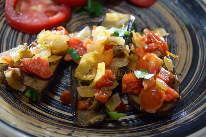Imam bayildi - aubergine met uien, tomaten en groen royalty-vrije stock fotografie