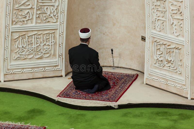 Imam priant dans la mosquée images stock
