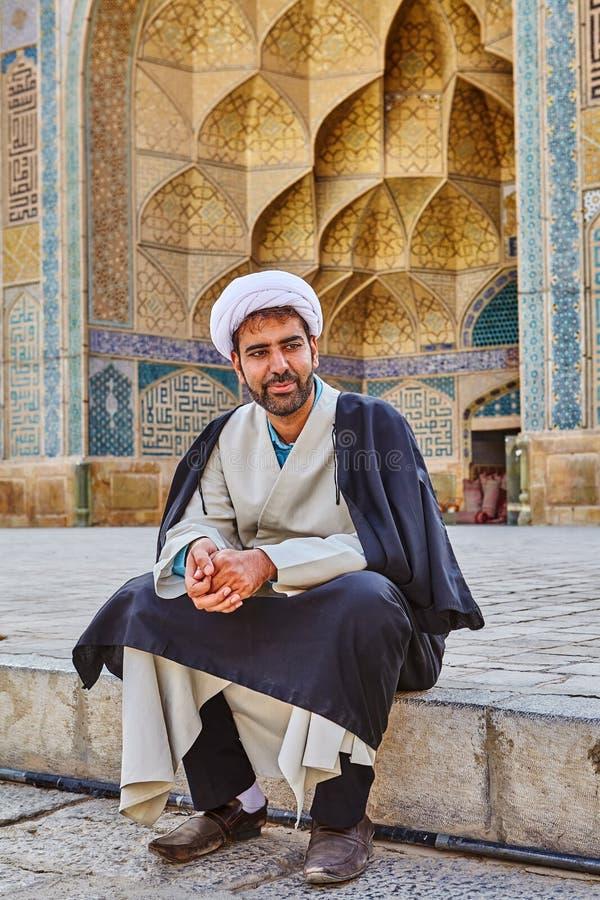 Imam se repose dans la cour de Jame Mosque, Isphahan, Iran photos libres de droits