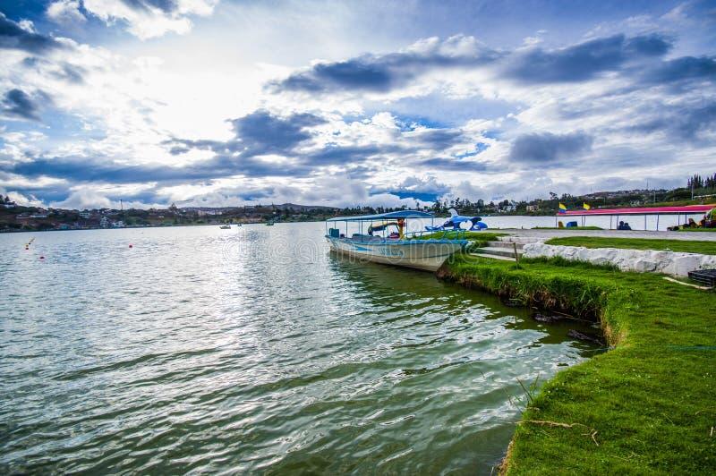 IMBABURA,厄瓜多尔2017年9月03日:一小船parket的室外看法在Yahuarcocha湖边界的,在一多云天 免版税图库摄影