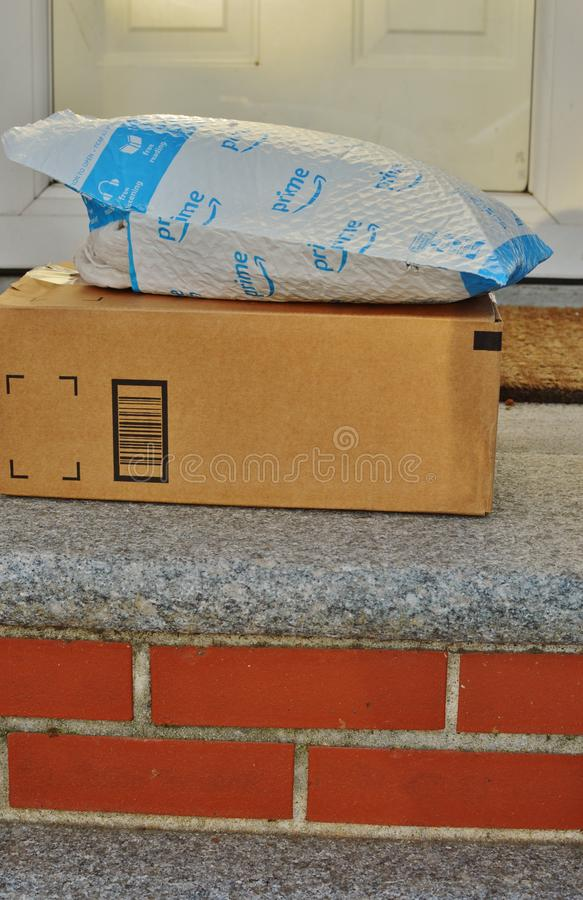 Imballaggio di spedizione che consegna alla casa residenziale Front Doorstep immagini stock