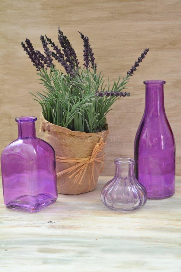 Imballaggio rustico d'annata con la lavanda porpora e la bottiglia porpora per progettazione di massima immagine stock libera da diritti