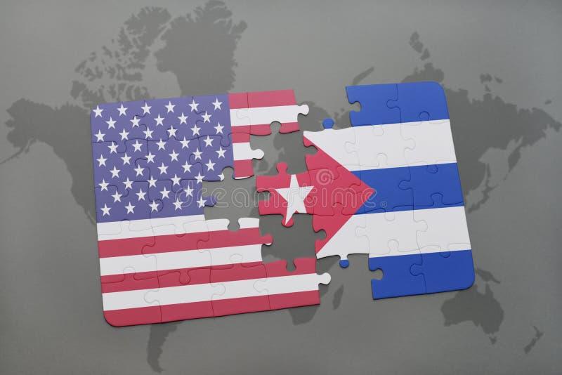 Imbarazzi con la bandiera nazionale degli Stati Uniti d'America e della Cuba su un fondo della mappa di mondo fotografia stock libera da diritti