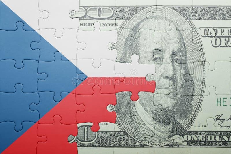 Imbarazzi con la bandiera nazionale della banconota del dollaro e della repubblica Ceca fotografia stock libera da diritti
