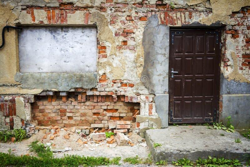 Imbarcato sulla finestra e sulla vecchia porta fotografia for Finestra vecchia