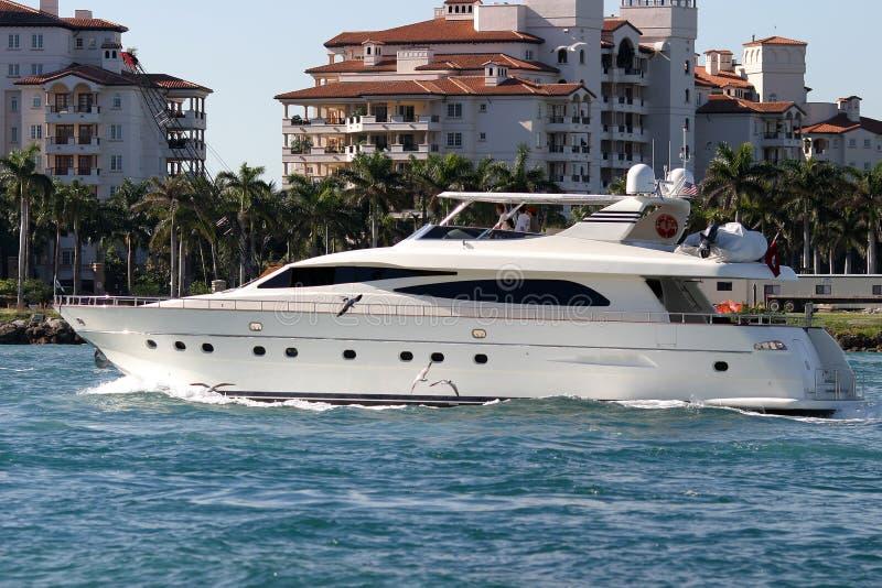 Imbarcazione a motore che lascia il porticciolo, Florida fotografie stock libere da diritti