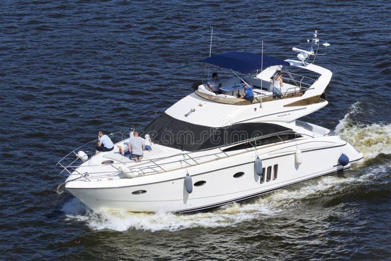 Imbarcazione a motore di navigazione fotografie stock
