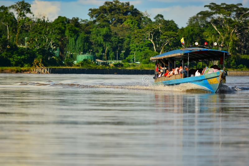 Imbarcazione a motore di 5/3/2016 di Rio delle Amazzoni, Ecuador che accelera sul fiume immagine stock