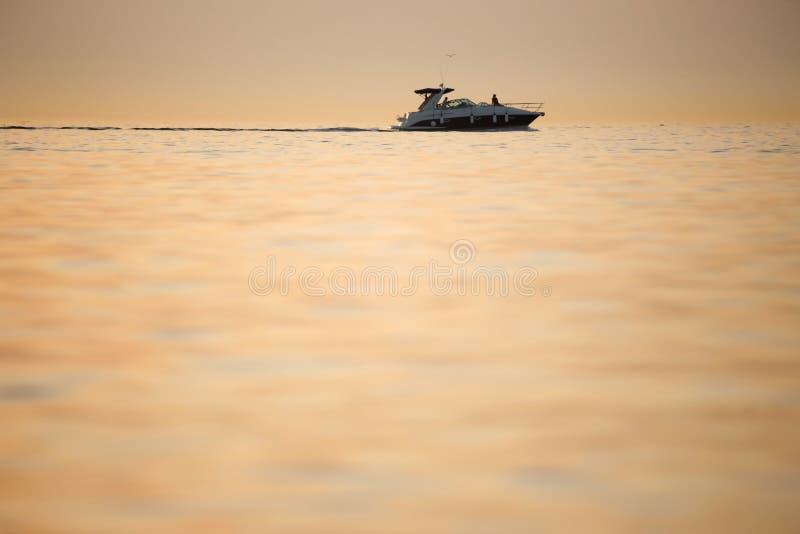 Imbarcazione a motore in mare adriatico fotografie stock libere da diritti