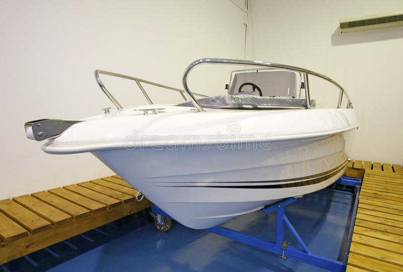 Imbarcazione a motore in sala d'esposizione o in garage immagini stock