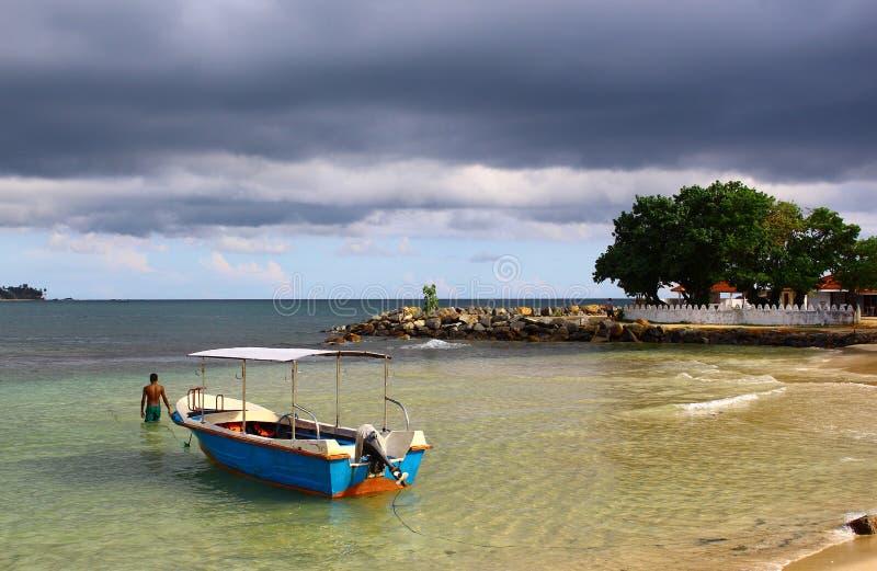 Imbarcazione a motore, spiaggia di Unawatuna fotografia stock libera da diritti