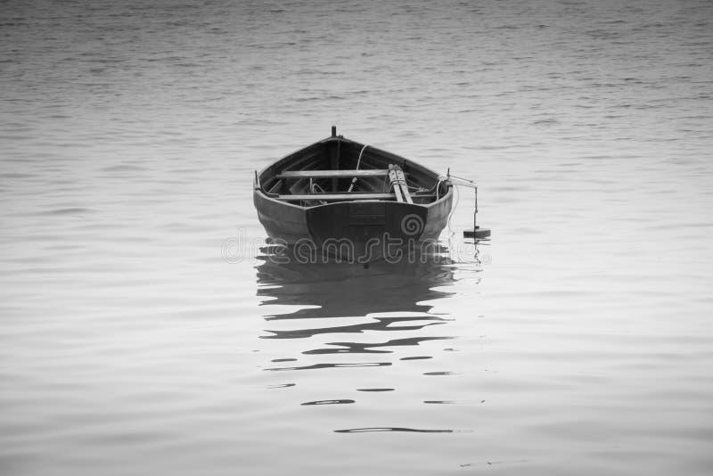 Imbarcazione a remi in bianco e nero con la riflessione fotografie stock