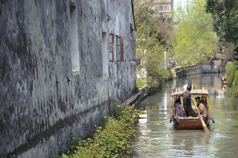Imbarcazione a remi tradizionale che prende i turisti lungo il canale su Pingjianglu, Suzhou, Cina fotografie stock libere da diritti